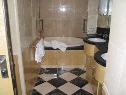 The bathtub and sinks in the Roy Disney Suite aboard the Disney Magic.jpg